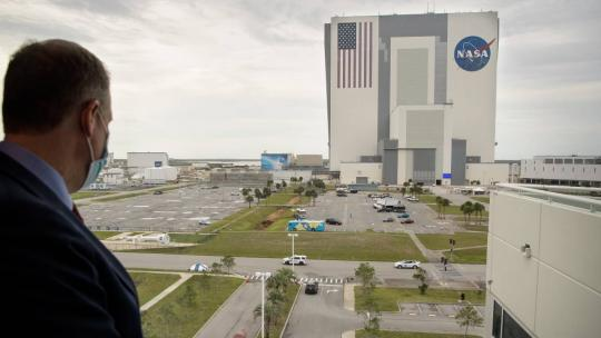 NASA Administrator Jim Bridenstine watches as NASA astronauts Douglas Hurley and Robert Behnken return to the Neil A. Armstrong Operations and Checkout Building from Launch Complex 39A after the launch was scrubbed due to weather, Wednesday, May 27, 2020.