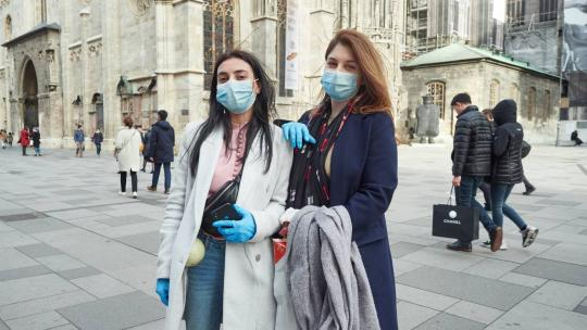 Vienna, March 11, 2020: Two Armenian tourists pose in good spirits with gloves and mouth masks in front of St. Stephen's Cathedral, which, like all federal museums, was already closed due to the corona pandemic. (Michael Gubi flickr CC BY-NC 2.0)