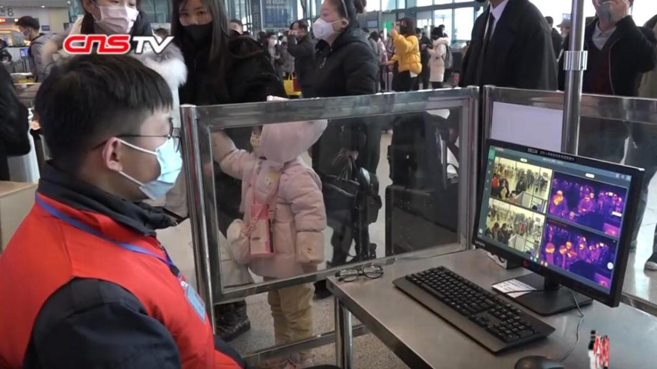 Staff monitoring passengers' body temperature in Wuhan railway station during the coronavirus outbreak. Jan. 24, 2020 (China News Service/Screengrab)