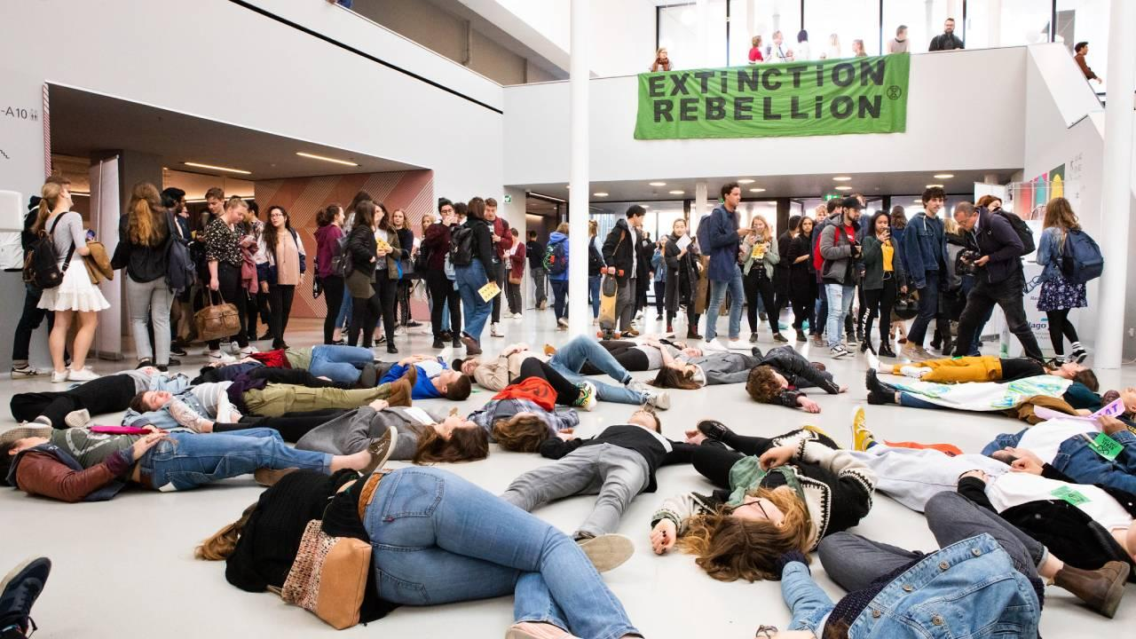 XR Die-in UVA Amsterdam 18 April 2019 (Extinction Rebellion NL/Catharina Gerritsen) Attribution 2.0 Generic (CC BY 2.0)