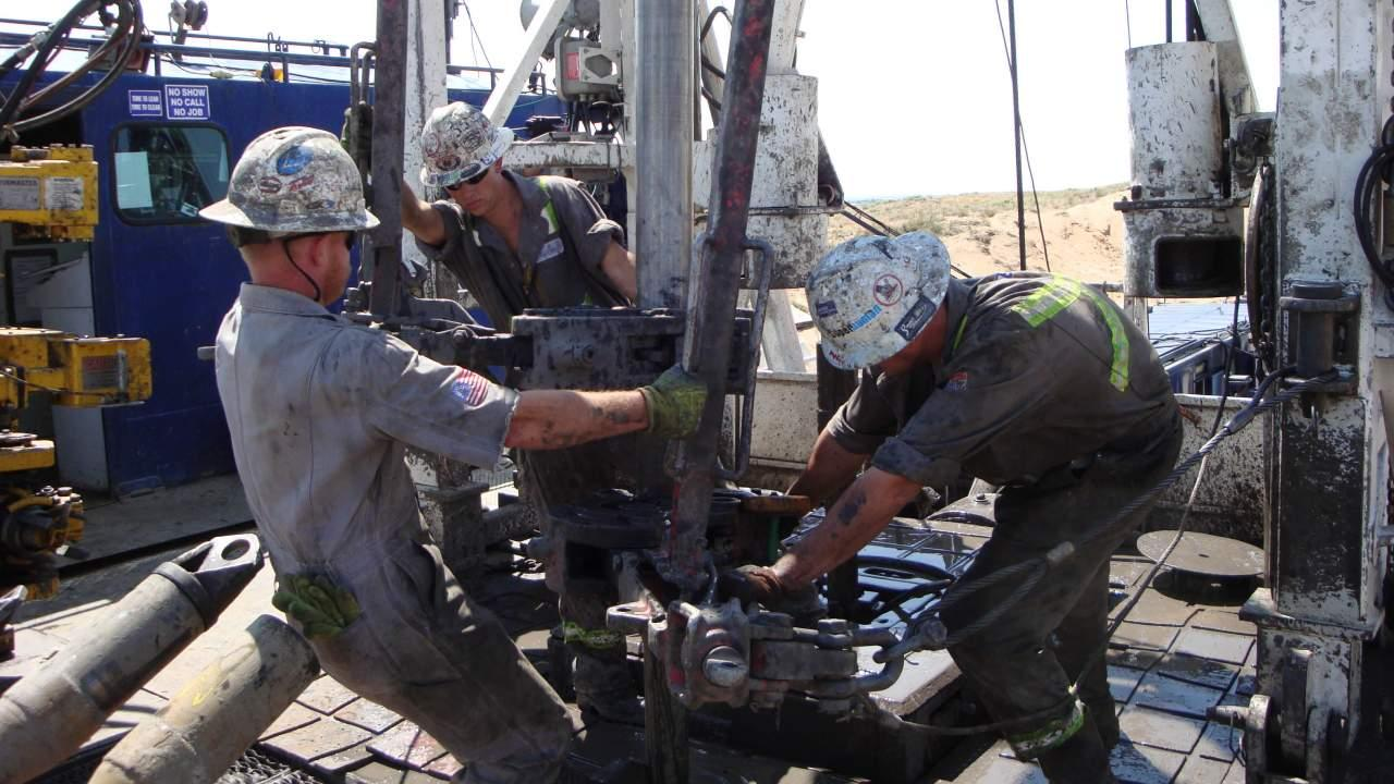 Roughnecks on a drilling rig in Greely, CO use metal tongs weighing hundreds of pounds to make connections between 30' sections of drill pipe. July 15, 2008 (Photo: National Institute for Occupational Safety and Health (NIOSH))