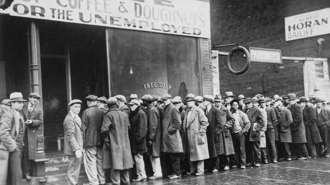 Unemployed men queued outside a depression soup kitchen opened in Chicago by Al Capone. February, 1931 (US National Archives)