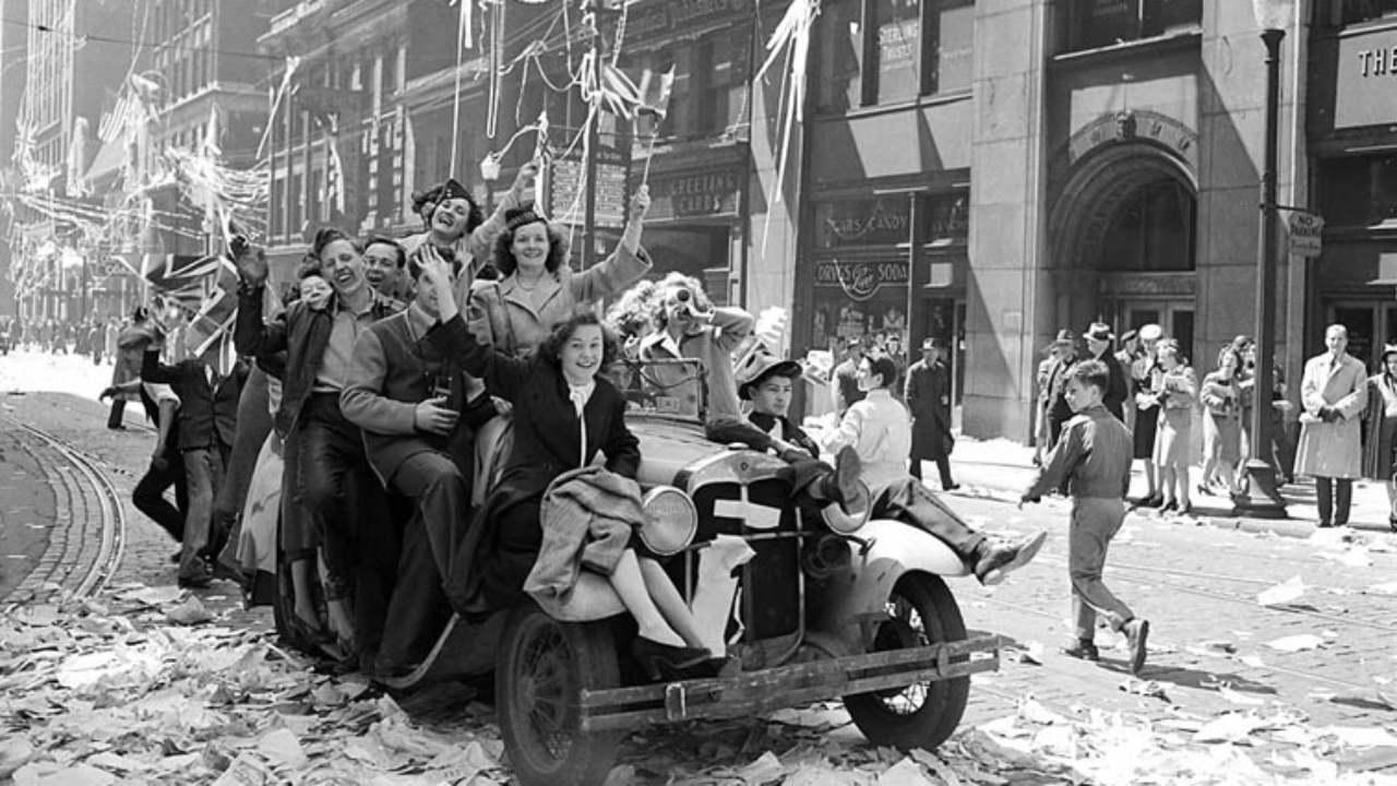 V-E Day celebrations on Bay Street, Toronto, Canada. May 7, 1945 (City of Toronto Archives / Public Domain)