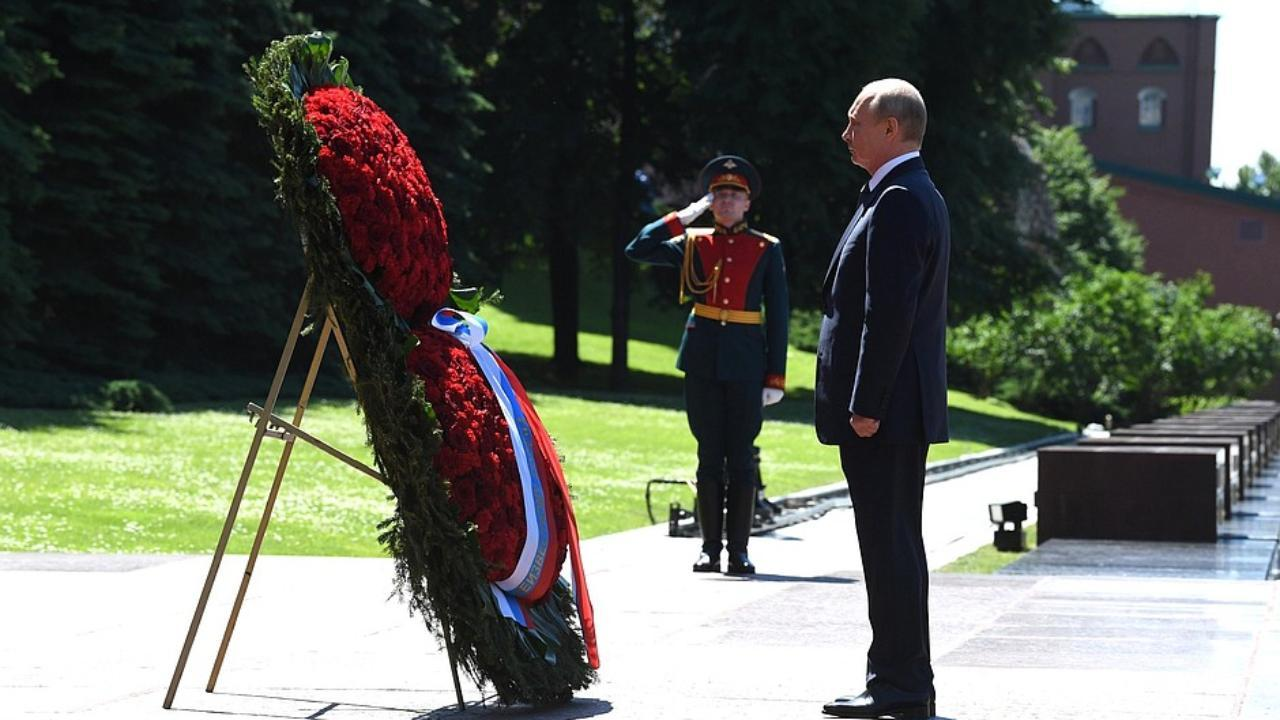 Laying wreath at Tomb of Unknown Soldier. Vladimir Putin laid a wreath at the Tomb of the Unknown Soldier to commemorate those killed in the Great Patriotic War. June 22,2020 - Alexander Garden, Moscow (en.kremlin.ru)