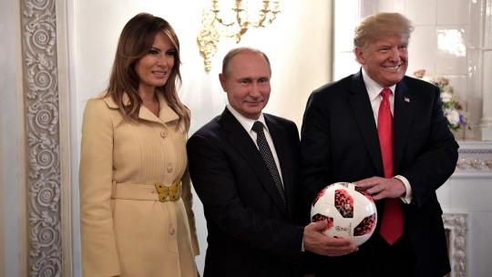 Vladimir Putin presented Donald Trump with an official football from the 2018 FIFA World Cup Russia and wished the United States success in holding the 2026 World Cup. July 16, 2018 (en.kremlin.ru)