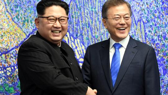 President Moon Jae-in (right) and North Korean leader Kim Jong Un hold a brief chat prior to their summit, in the lobby of the Peace House, the venue for the 2018 Inter-Korean Summit, in Panmunjeom on April 27. (2018 Inter-Korean Summit Press Corps)