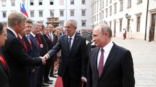 During the official welcoming ceremony for Vladimir Putin held by Federal President of the Republic of Austria Alexander van der Bellen. Presentation of the Russian delegation. June 5, 2018, Vienna. (en.kremlin.ru)