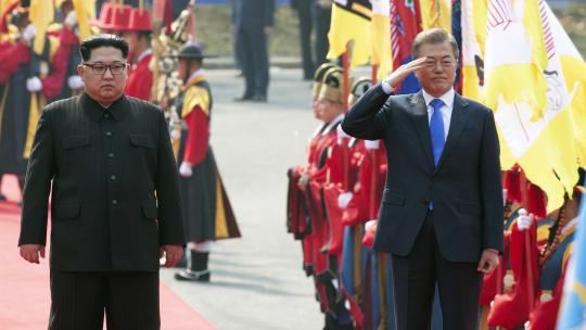 President Moon Jae-in and Chairman of the State Affairs Commission Kim Jong Un inspect the honor guard at the official welcoming ceremony in front of the Peace House, Panmunjeom. April 27, 2018 (Inter-Korean Summit Press Corps)