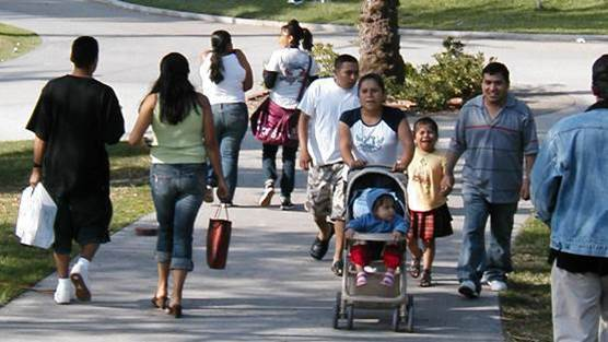 Families_walking_in_MacArthur_Park.jpg