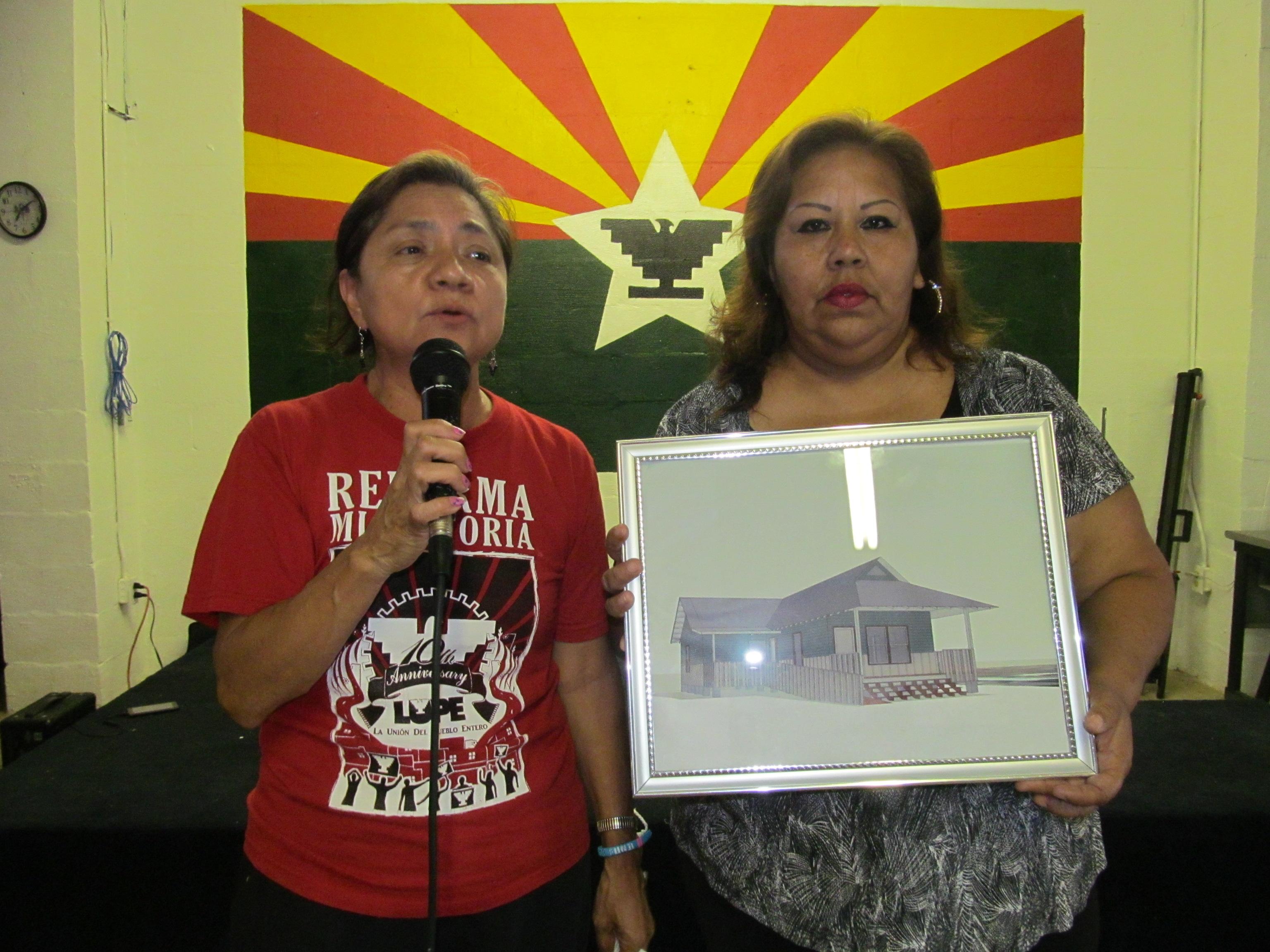 Señora Maria Sandoval muestra foto de la casa nueva que recibió con fondos federales de desastre