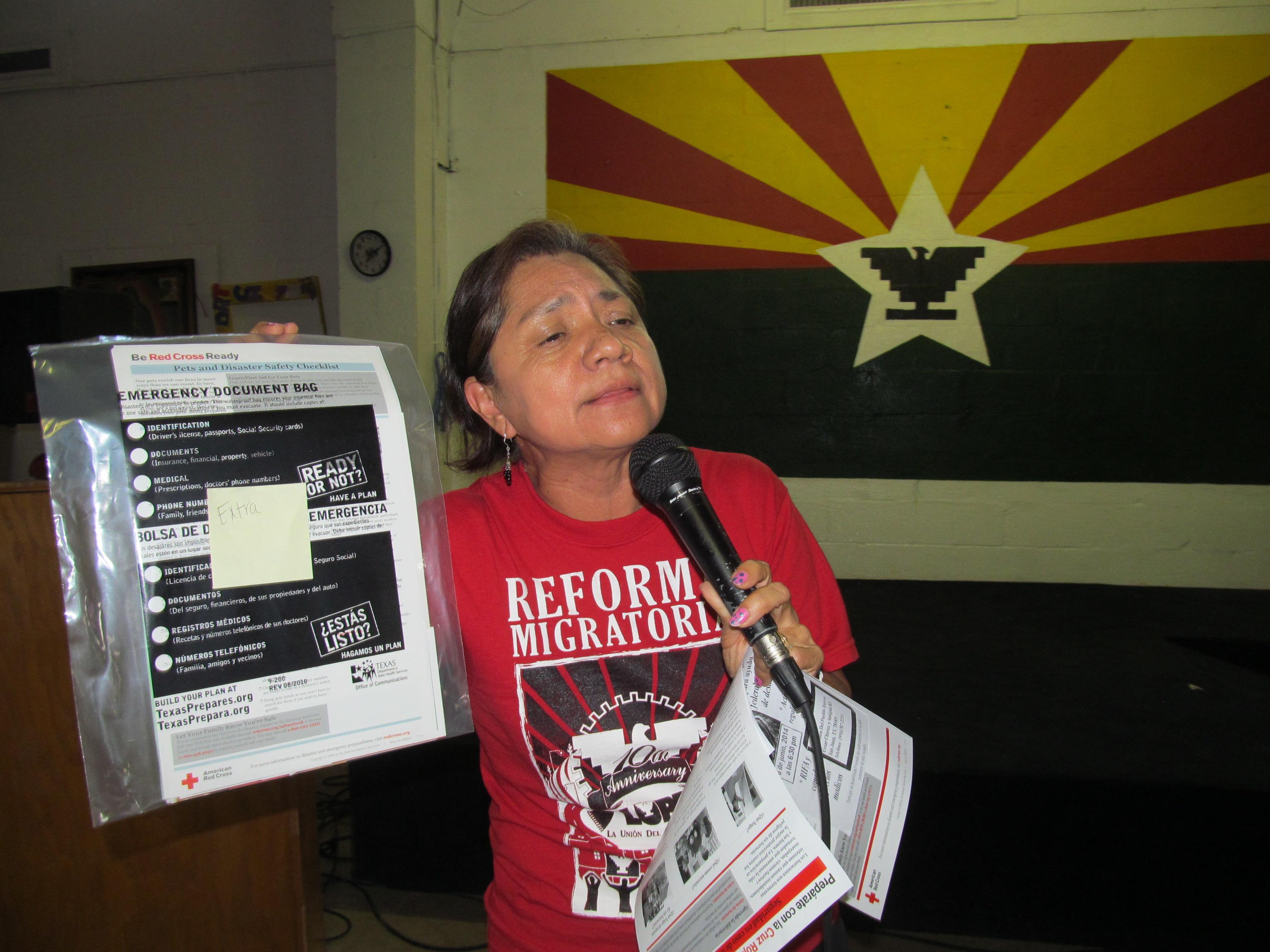 Martha Sanchez explicando la importancia de guardar los documentos importantes en un lugar seguro.