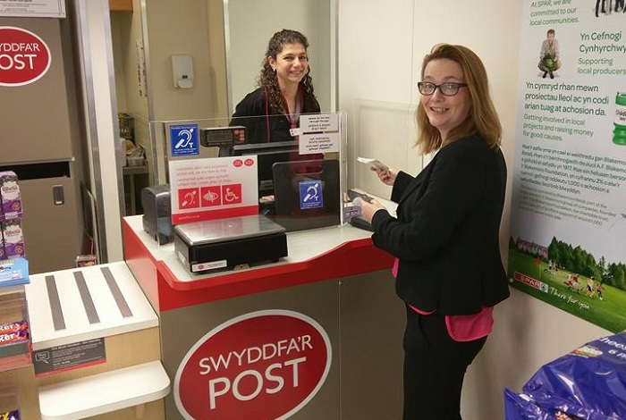 Kirsty Williams visits Builth Wells Post Office to discuss banking facilities