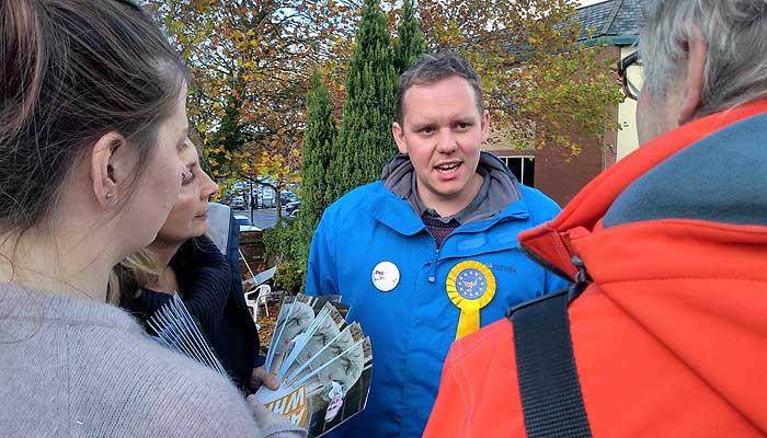 Alex White briefing volunteers