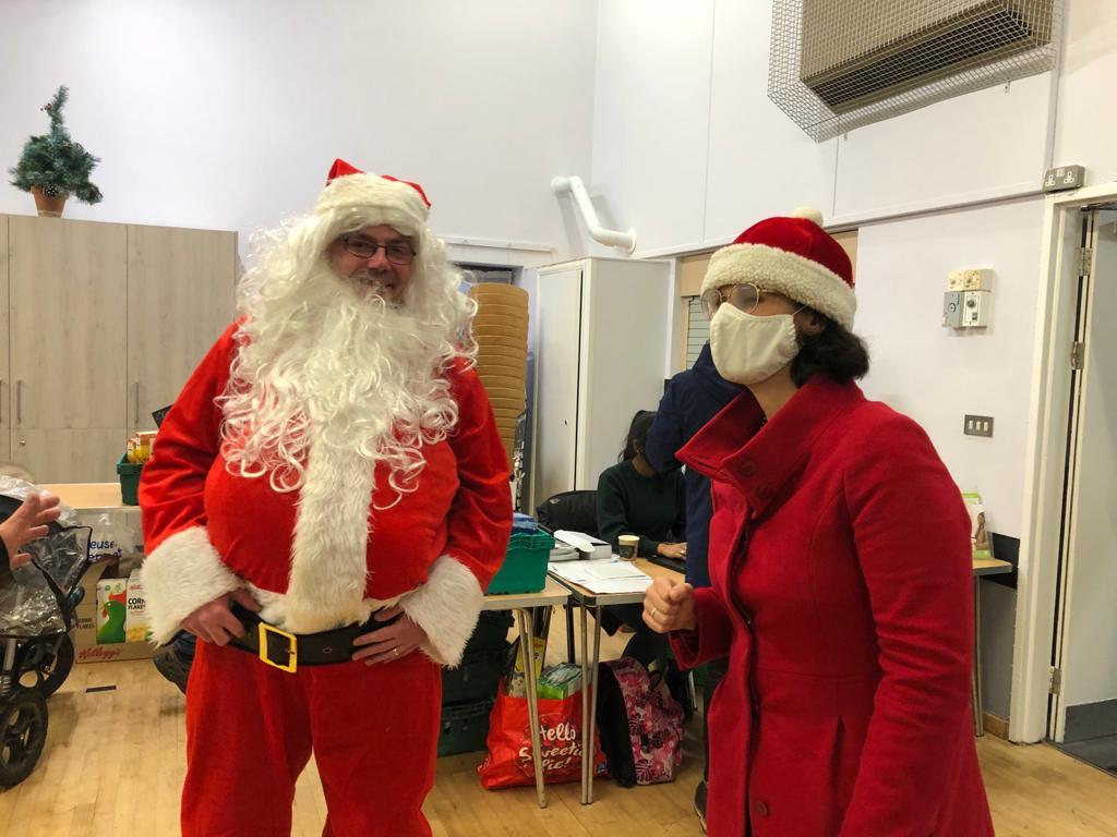 Key_Layla and Santa at the Cutteslowe Community Larder _ Picture Credit credit Layla Moran MP