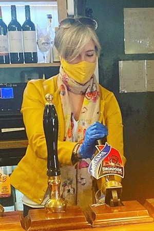 Daisy Cooper MP pulling a Covid-secure pint