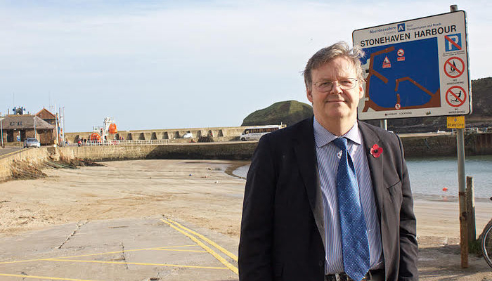 Sir Robert Smith visits Stonehaven to inspect coastal flooding