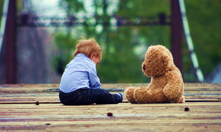 Child_and_Bear_2_-_publicdomainphotos.jpg