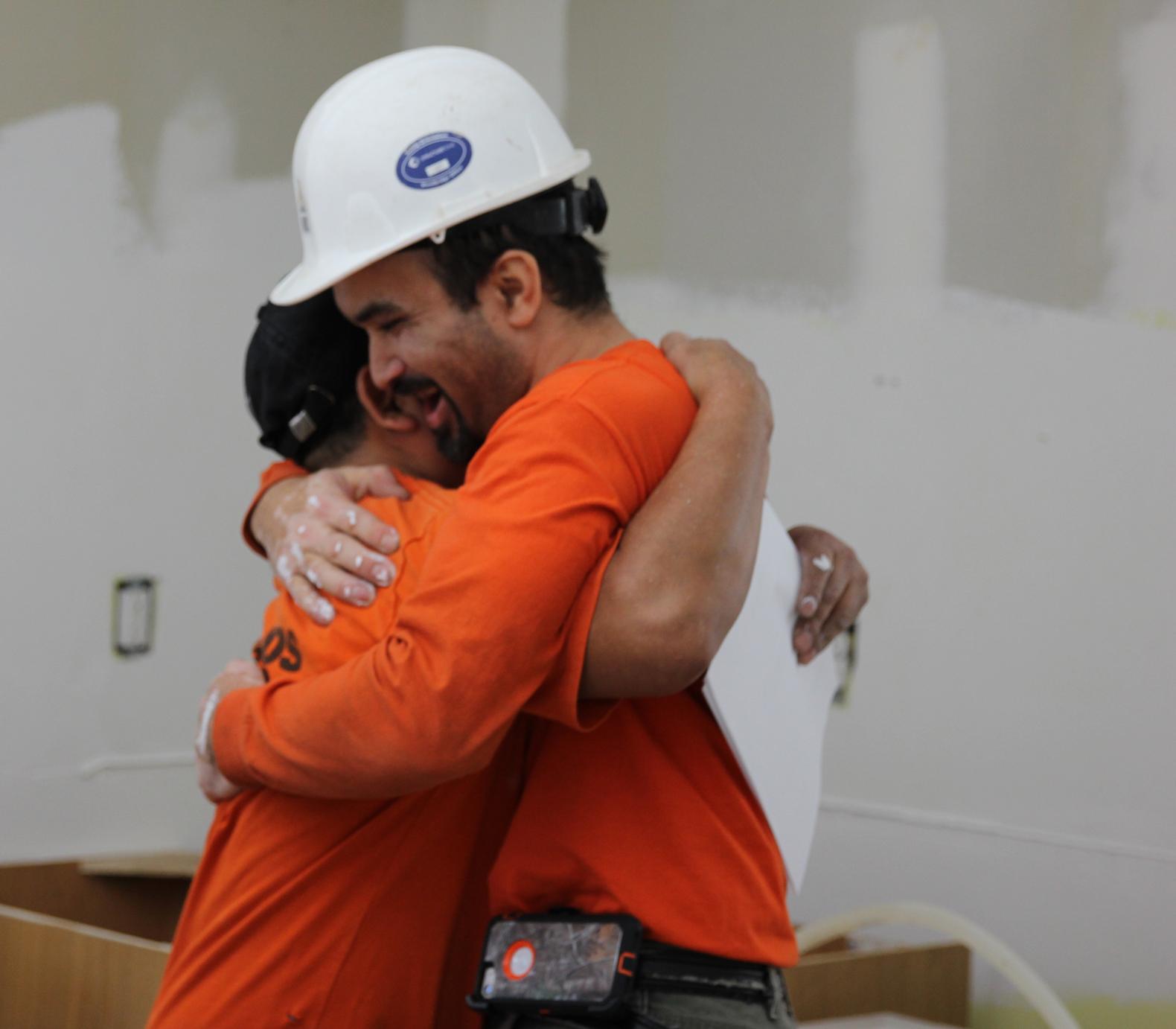 Daniel abraza a un compañero de trabajo tras recibir su visa U. (LIUNA)
