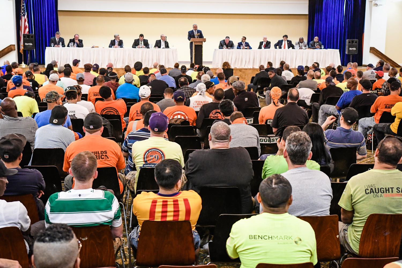 Los miembros del Local 172 de LIUNA asisten a una reunión mensual de miembros. (LIUNA)