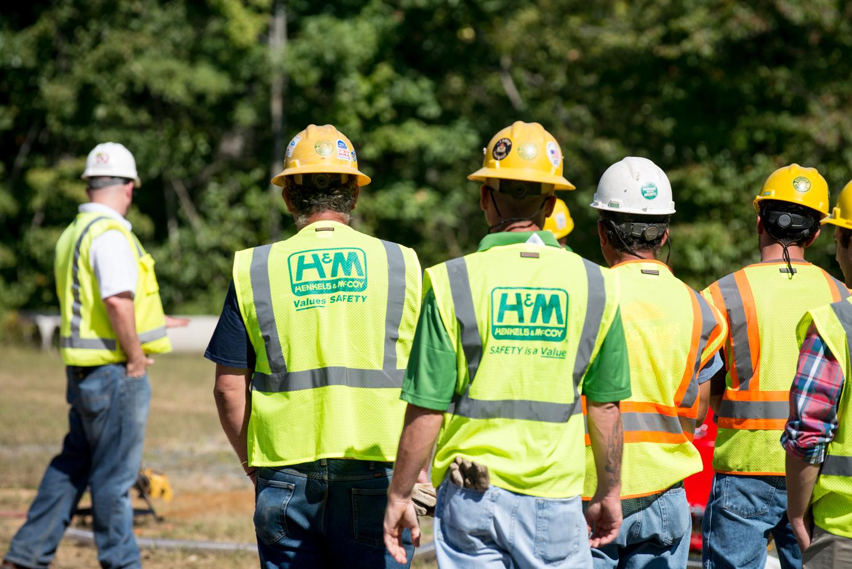 Los miembros de LIUNA reciben información sobre seguridad laboral antes de comenzar el día laboral. (LIUNA)