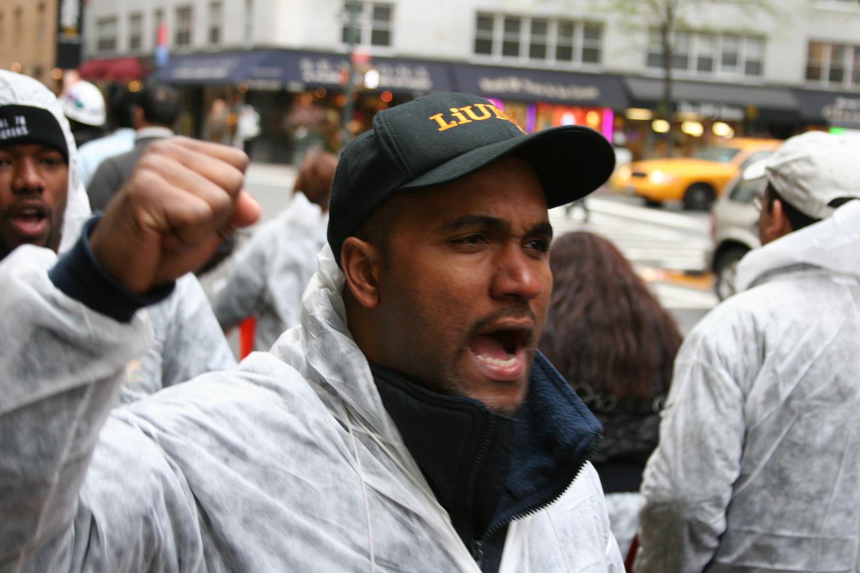 Los miembros latinos de LIUNA manifiestan en una obra en construcción no sindical en Manhattan, bajo la lluvia. (LIUNA)