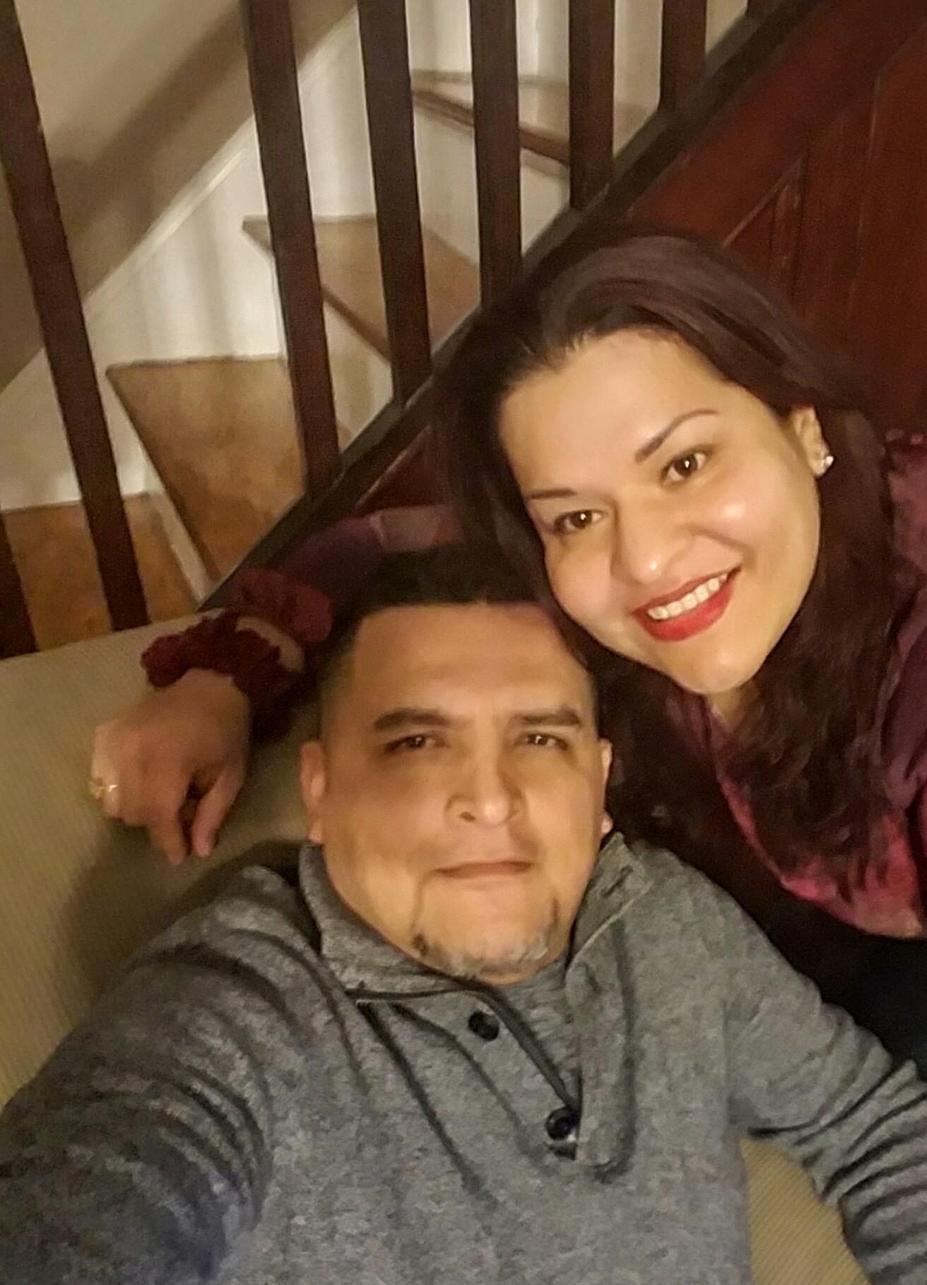 Fabián y su esposa, Erica, se toman una selfi en su nuevo hogar. (Cortesía de Fabián)