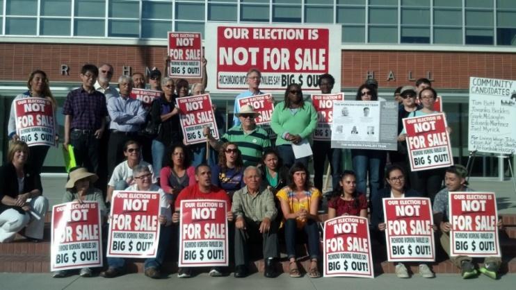 Miembros de ACCE mobilizando para peklear en contra de los intereses corporativos en las elecciones en 2014.
