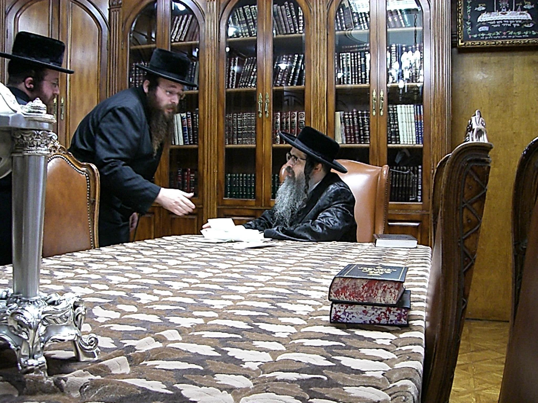 Masbia_Supporter__Satmar_Rebbe__Zalman_Leib_Teitelbaum_Donating_to_Feed_the_Needy.jpg