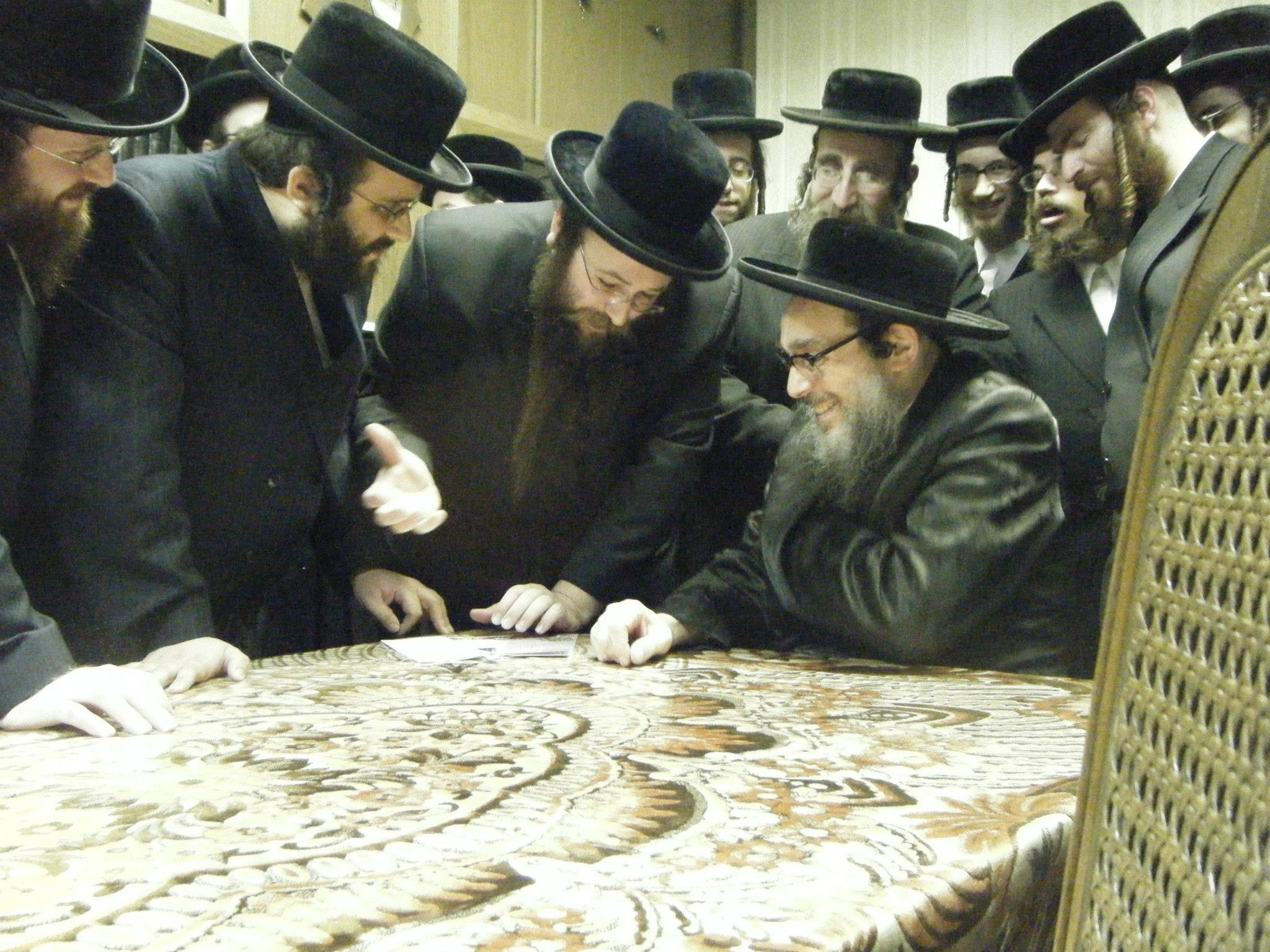 Masbia_Supporter__Pupa_Rebbe__Rabbi_Yaakov_Chizkiah_Greenwald_Donating_to_Feed_the_Needy.jpg