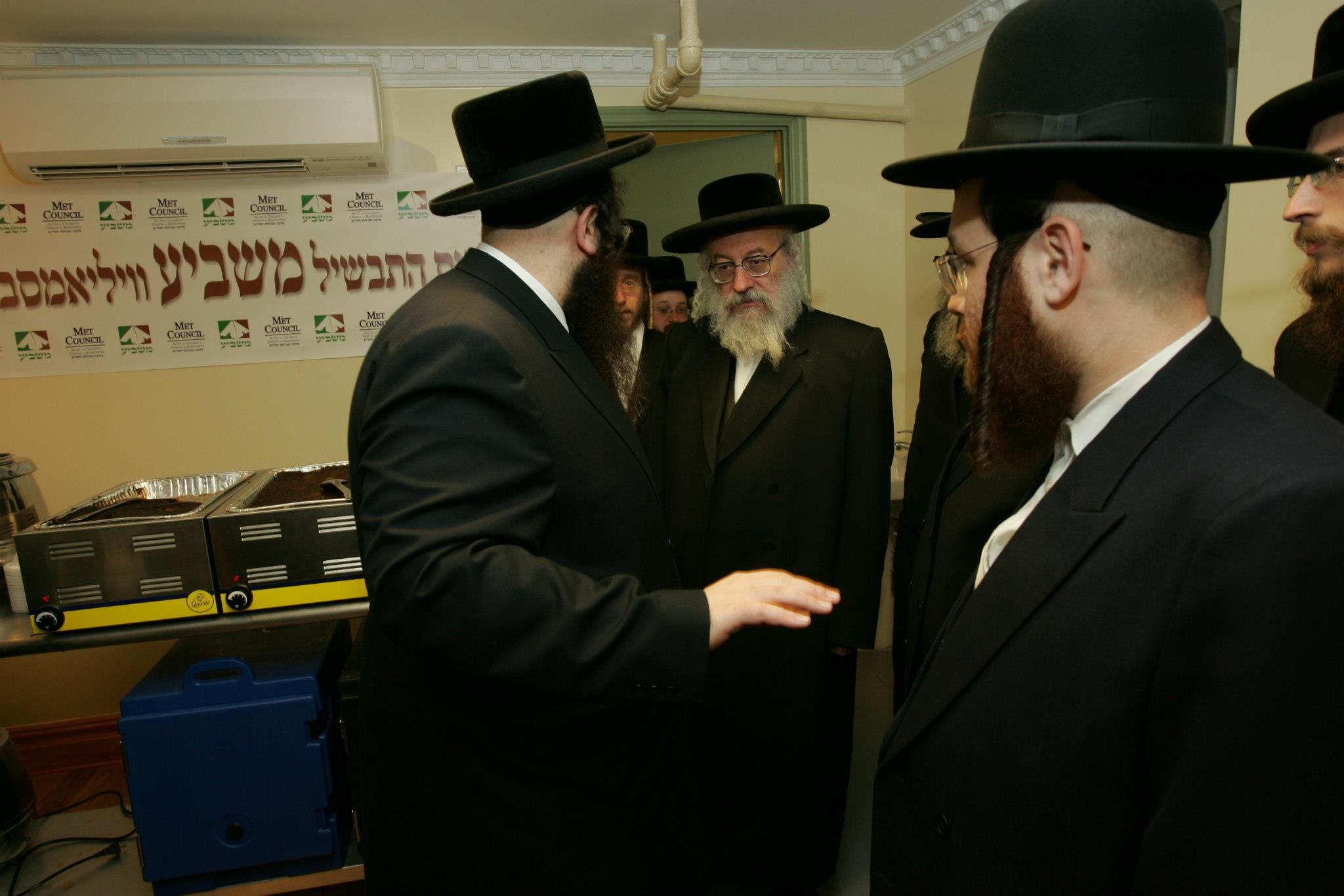 Masbia_Supporter__Vien_Rebbe__Rabbi_Asher_Anshel_Katz_Donating_to_Feed_the_Needy.jpg