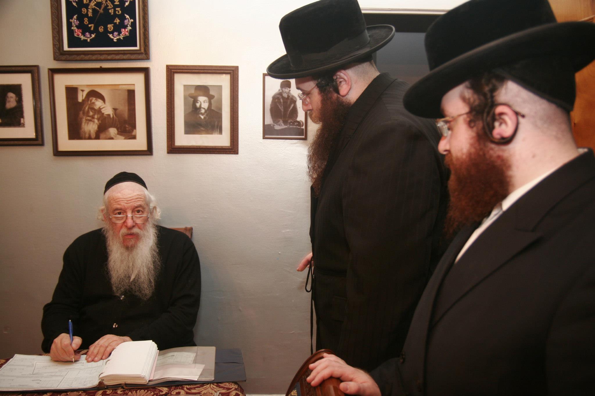 Masbia_Supporter__Novominsker_Rebbe__Rabbi_Yaakov_Perlow_Donating_to_Masbia_before_Yom_Kippur.jpg