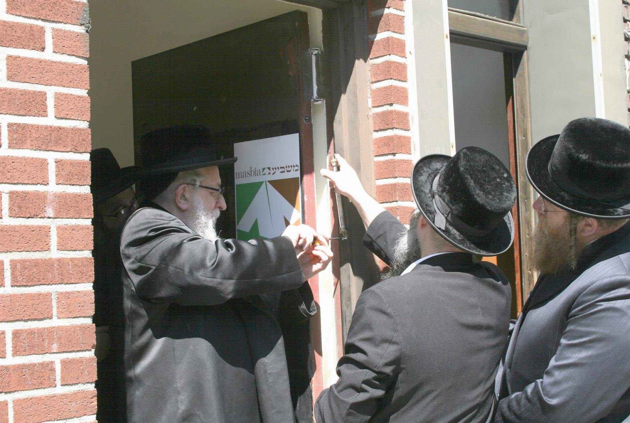 Masbia_Supporter__Rachmastrivka_Rebbe__Rabbi_Chai_Yitzchok_Twersky_Affixing_the_Mezuzah_at_Masbia_of_Boro_Park.jpg