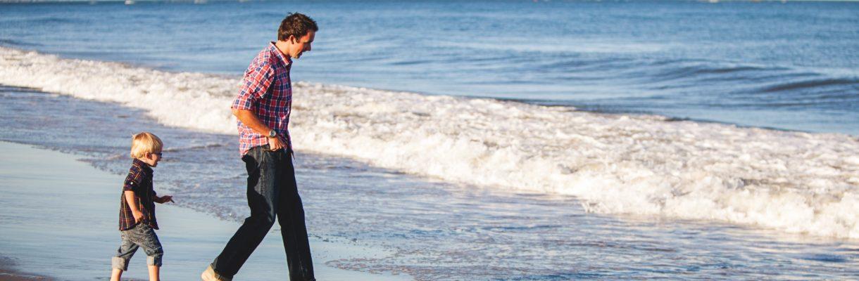Far og sønn på strand