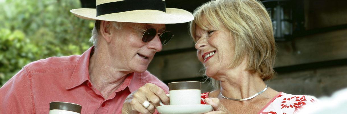 Par drikker kaffe sammen