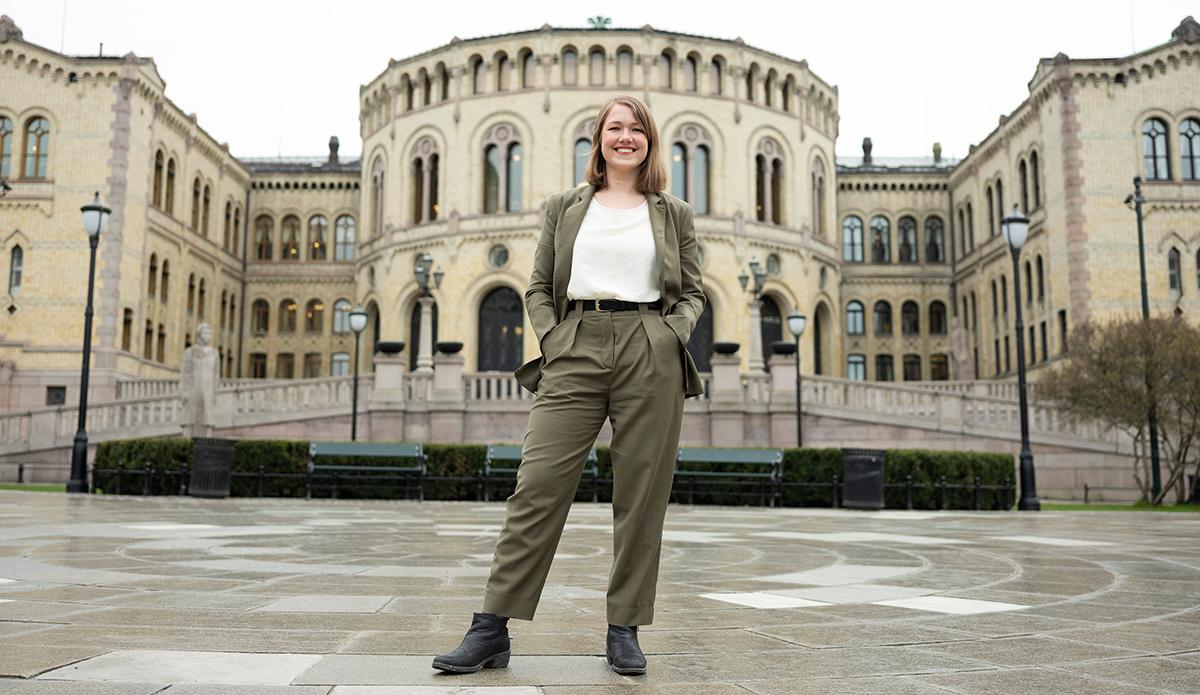 Une Bastholm foran Stortinget