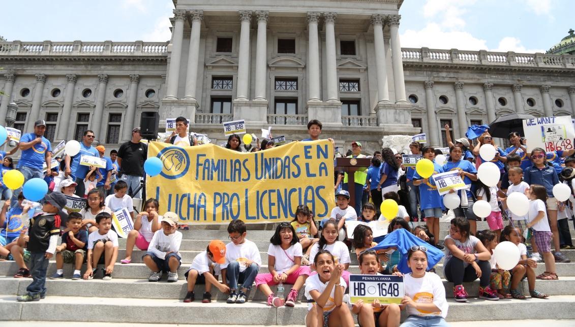 familias_unidas_escaleras_capitol.jpg