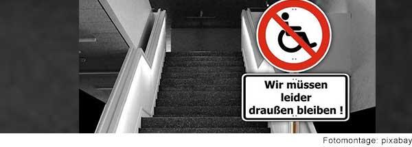 """Schild mit durchgestrichenem Rollstuhl und Schriftzug """"Wir müssen draußen bleiben""""."""