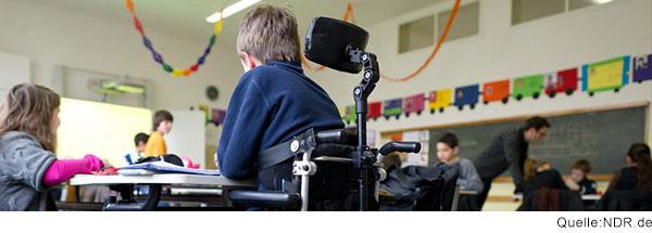 Ein Junge in einem Rollstuhl nimmt am Unterricht teil