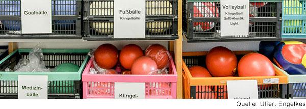 Ein Regal mit Kisten, in die unterschiedliche Arten von Bällen  sortiert sind. Es gibt  Fußbälle, Volleybälle, Medizinbälle,…
