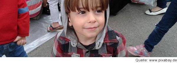 Portrait eines Jungen mit braunen Haaren, der nach oben schaut.