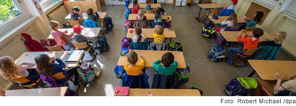 Schulklasse beim Frontalunterricht