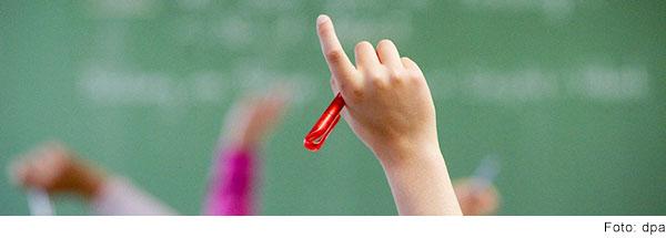 Hände von Schüler:innen, die sich melden.