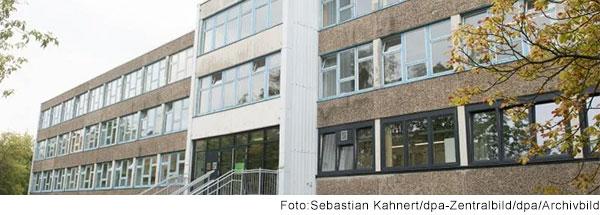 Vorderseite der Universitätsschule Dresden. Ein 3-stöckiges Zweck-Gebäude mit Waschbeton-Fassade.