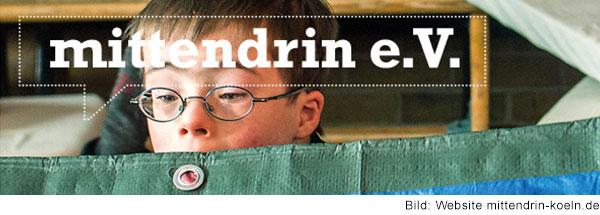 Foto von einem Jungen mit Down-Syndrom, der über ein Tuch schaut. In weißer Schrift steht mittendrin e.V. auf dem Bild.