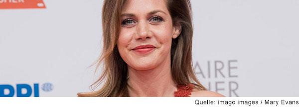 Schauspielerin Felicitas Woll lacht in die Kamera