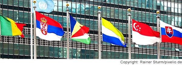 Sechs Flaggen vor dem UNO-Gebäude.