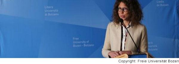 Professorin Heidrun Demo spricht am Rednerpult