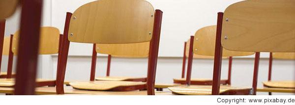 Stühle auf dem Tisch in einem Klassenzimmer