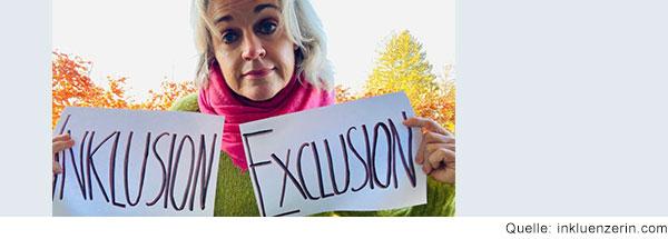 Frau mit blonden Haaren schaut genervt in die Kamera. Sie hält zwei Blätter in die Kamera. Auf einem steht Inklusion auf dem anderen Exklusion.