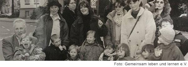 Schwarz weißes Gruppenfoto mit Erwachsenen und Kindern